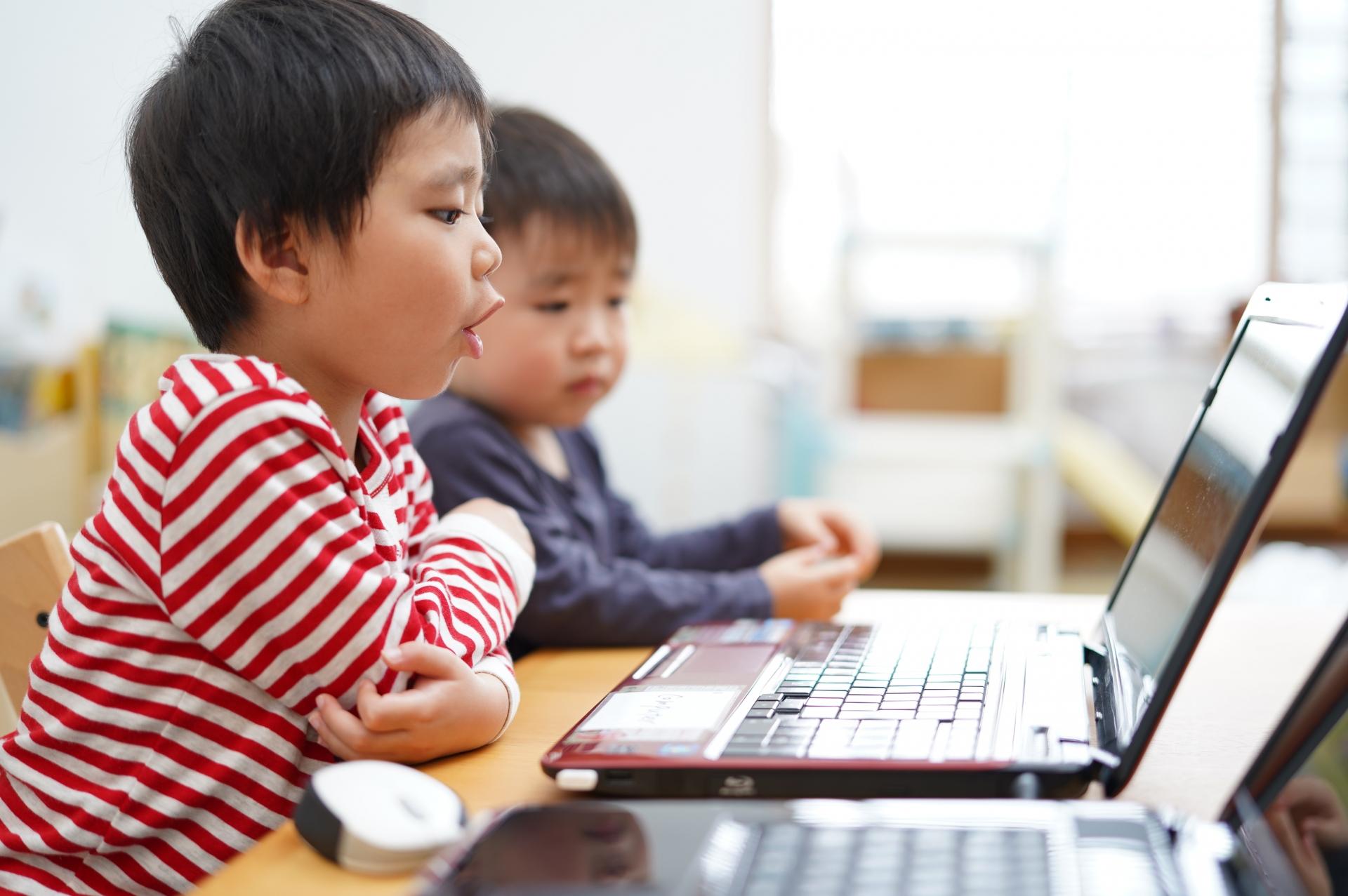 小学校、子供、英語、オンライン授業、コロナウイルス、休校